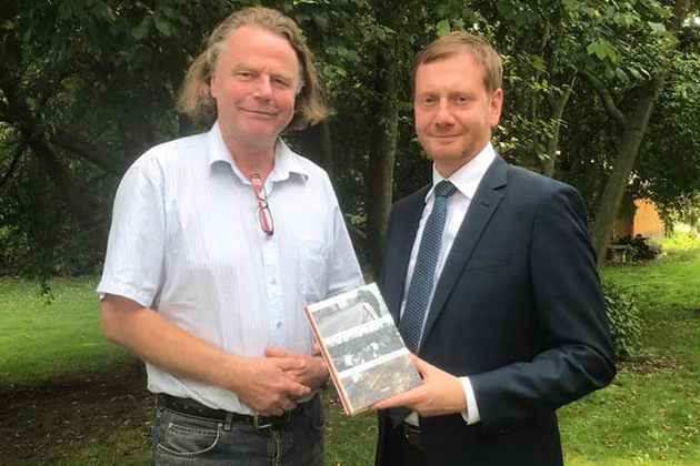 Sachsens Ministerpräsident Walter Kretschmer mit Siegbert Schefke