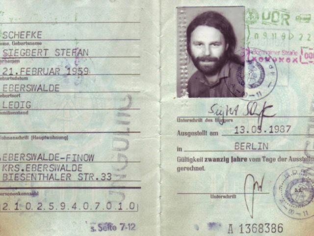 DDR - Personalausweis mit Ausreisestempel vom 9. Nov. 1989