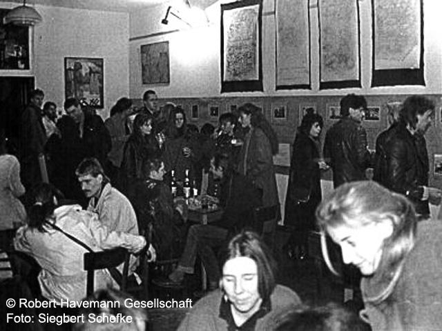 """Ausstellung """"Zerfallserscheinungen"""" über Jüdische Friedhöfe in der DDR"""