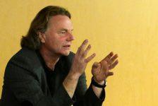 Siegbert Schefke hält einen Vortrag