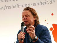 Siegbert Schefke redet vor dem Brandenburger Tor